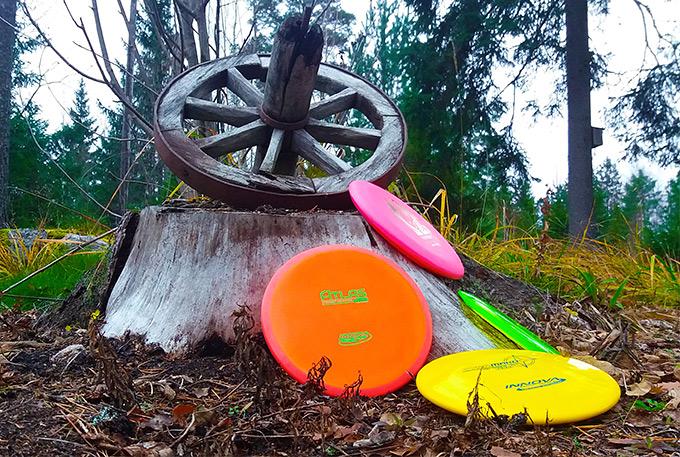 Lajitelma eri frisbeegolfkiekkoja