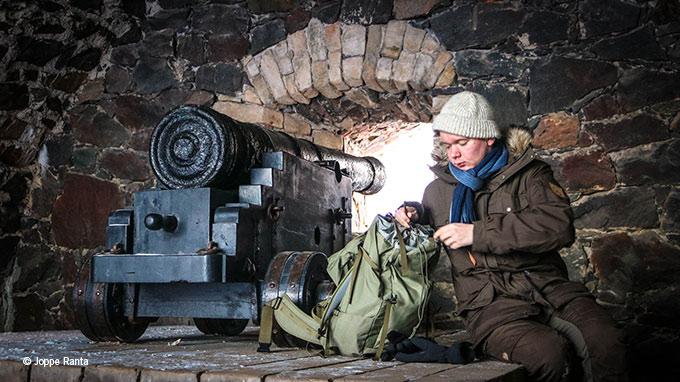 Suomenlinnassa eväshetken paikka on hyiseltä keliltä suojassa.