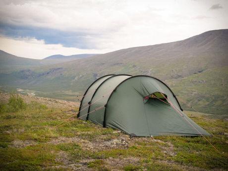 Avoimeen maastoon pystytetty teltta