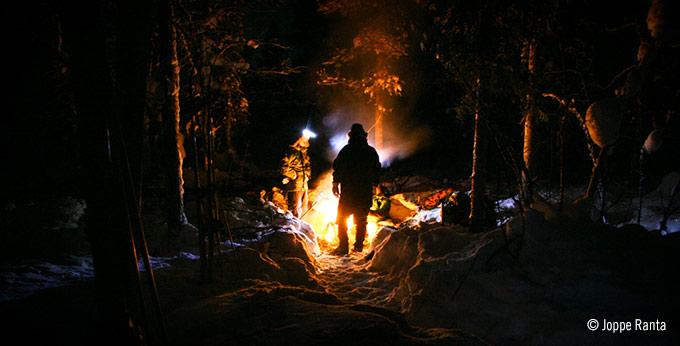 Pohjoismainen erämies yöpyy ulkona vaikka 40 asteen pakkasessa