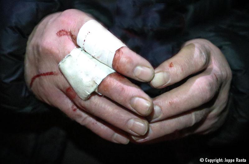 Puukolla veistetyt sormet