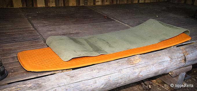 Solumuovinen makuualusta suojaa ilmatäytteistä makuualustaa esim. kipinöiltä