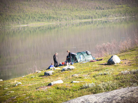 Kaltevalle paikalle pystytetty teltta