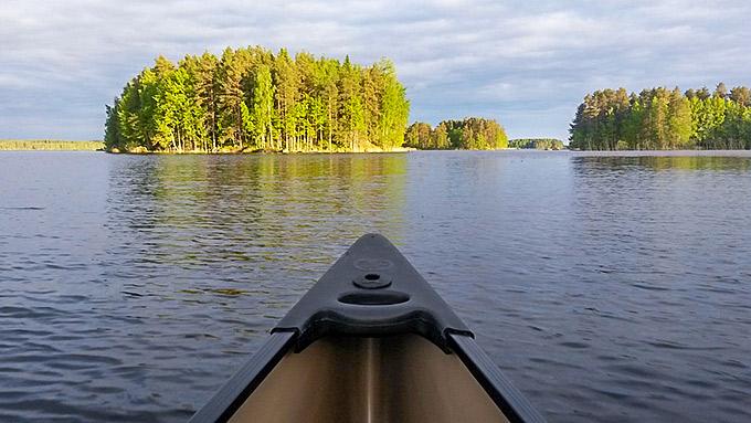 Kanoottiretkellä järvellä