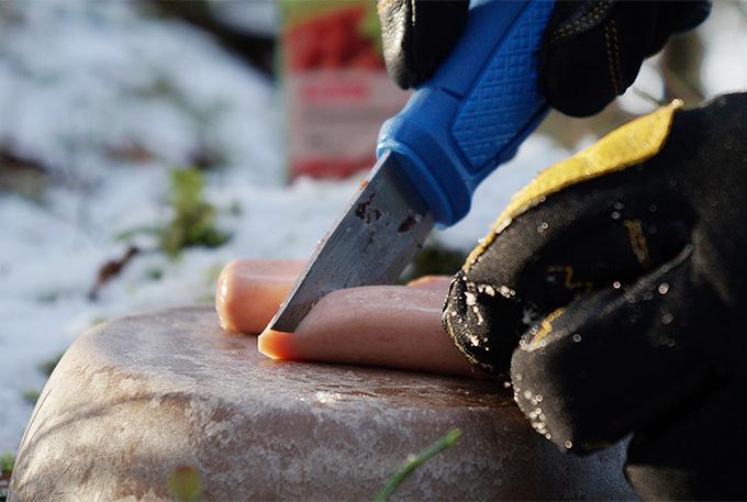 Hestran hanskat kädessä ruoan laitto talvellla on miellyttävää