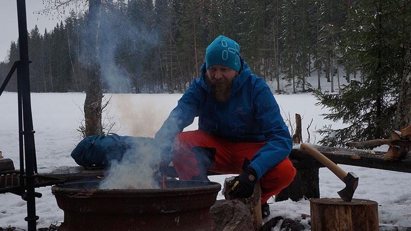 Nuotiolla lämmittelemässä ja ruokaa laittamassa