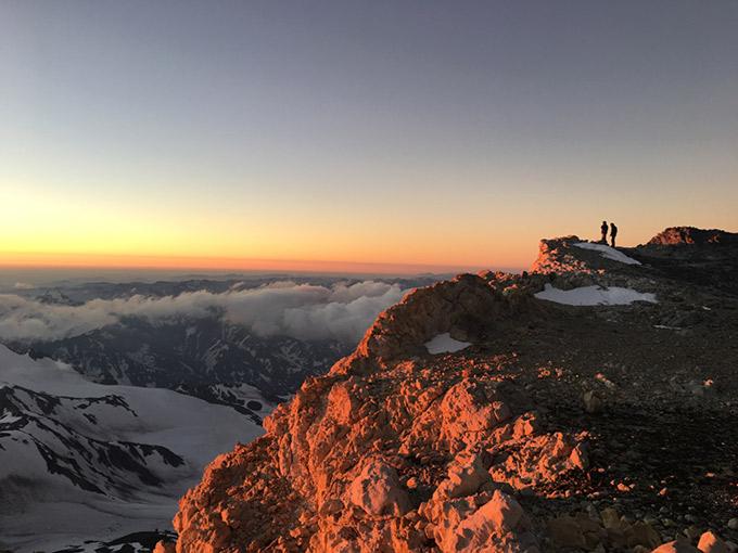 Auringonlasku vuorilla