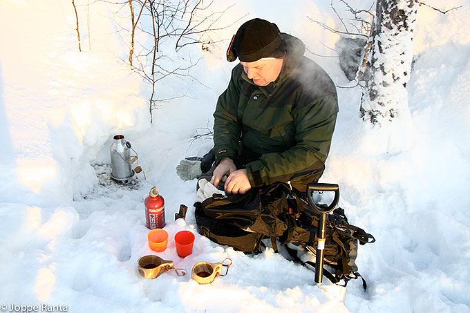 Keittimen voi laittaa myös suojaan lumikuoppaan.