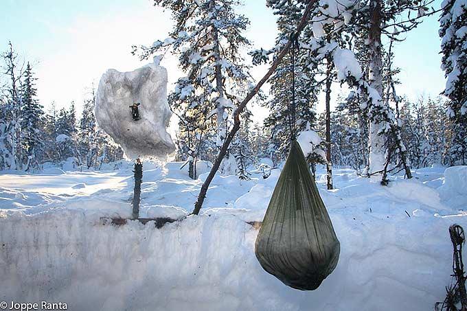 Sulata lunta verkkopussissa nuotion päällä