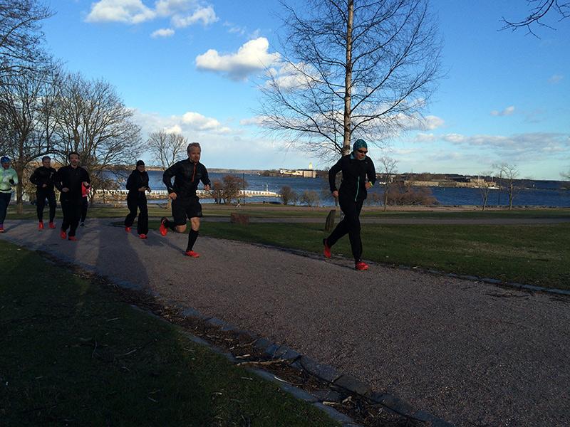 Juoksijoita Kaivopuistossa