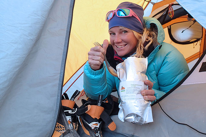 Varovaisuutta noudattaen voi ruoan valmistaa myös teltan eteisessä.