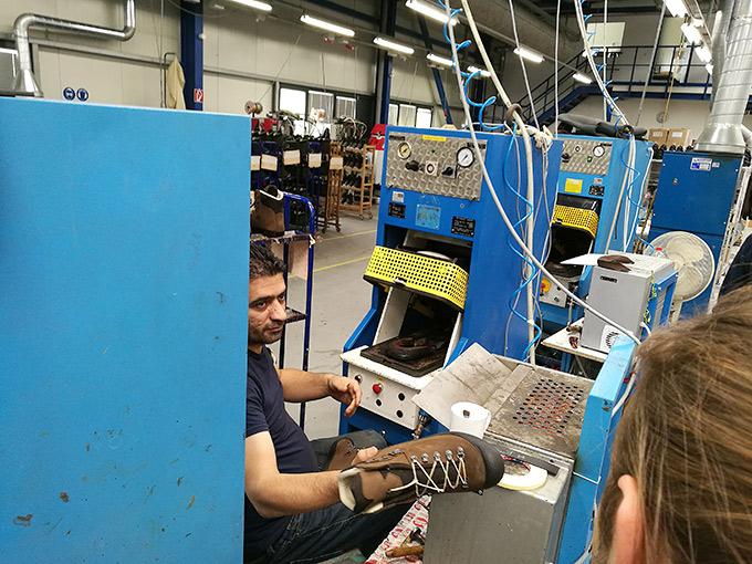 Laatua jalkaan käsityönä – Vierailu Hanwagin tehtaalla