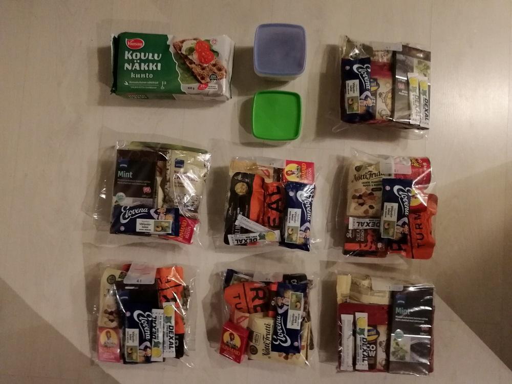 Ruokaa pakattuna päiväpakkauksiin.