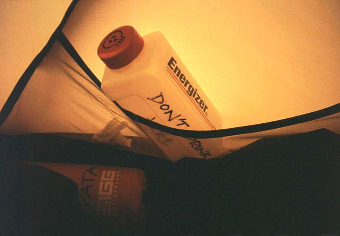 Virtsapullo talviretkellä teltassa