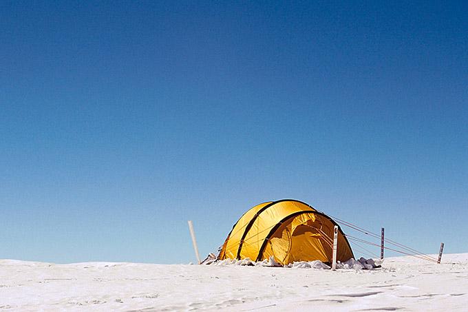 Teltta auringonpaisteessa Etelämantereella