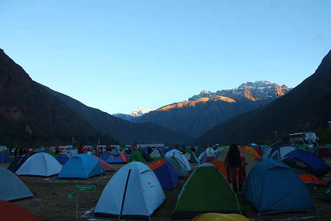 Auringon lasku Perun vuoristossa