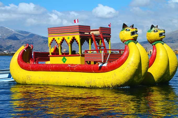 Värikäs laiva Perun Titicaca-järvellä