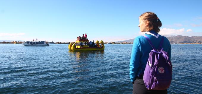 Titicaca-järvellä laivaan astumassa