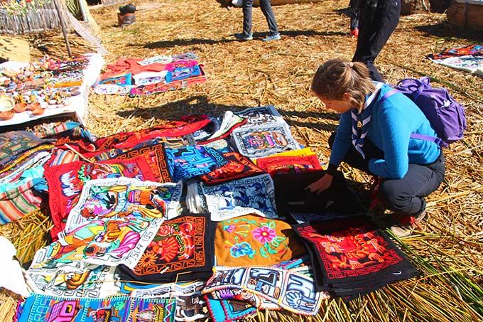 Värikkäitä käsitöitä myynnissä Perussa