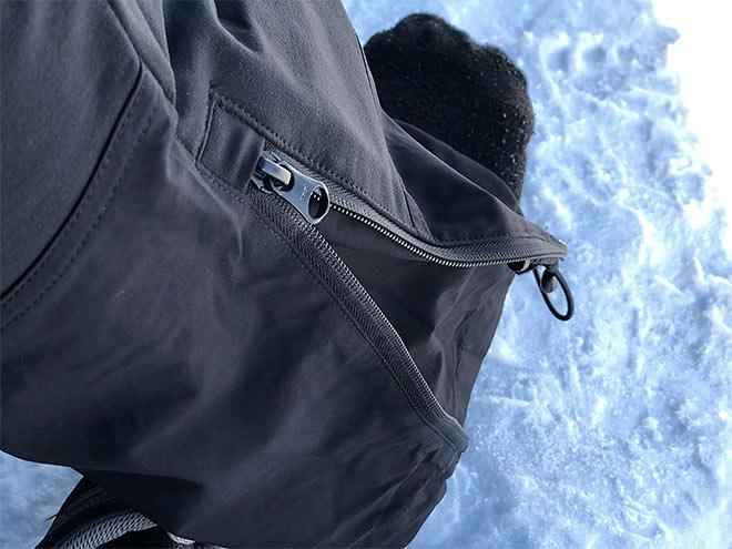 Acen vetoketjusulku, kiristysnyöri ja kangaskiila pitävät lumen poissa