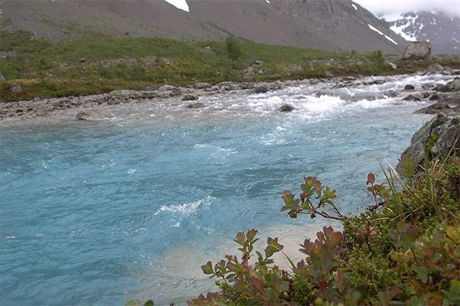 virtaava joki
