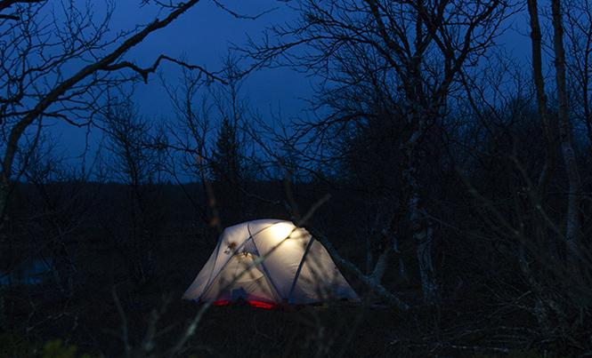 yksin pimeässä teltassa
